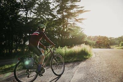 En person cyklar i solskenet i Halland