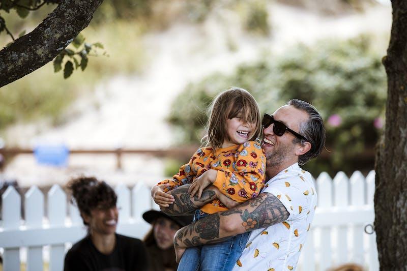 Ett barn och en pappa busar.