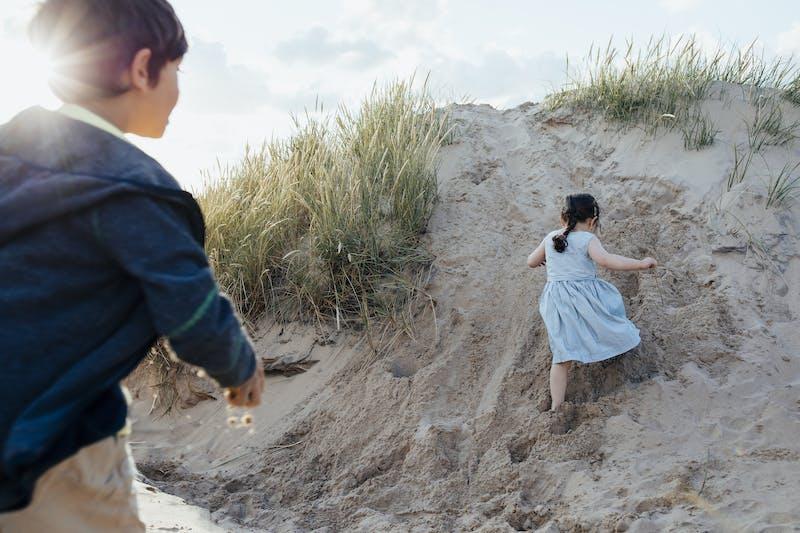 Barnen leker i sanddynerna i Tylösand