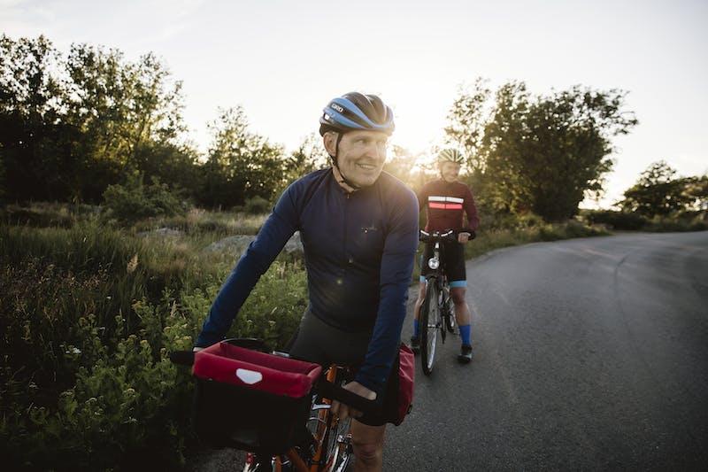 Två personer cyklar Kattegattleden genom Halland.