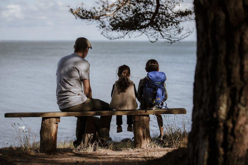 En familj blickar ut över havet längs kustnära vandringsleden Prins Bertils stig.