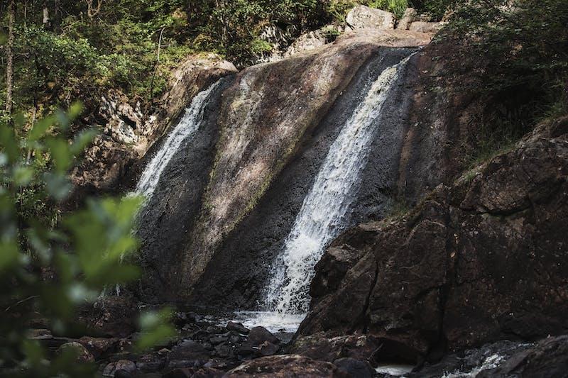 Vattnet forsar ner från vattenfallet Danska Fall