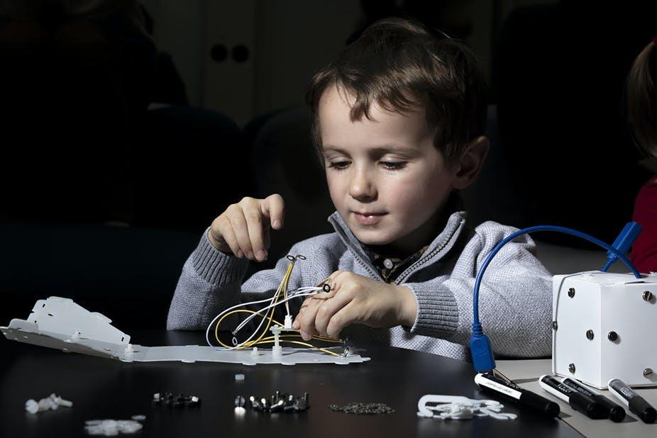 Un enfant construisant un lampe Bati (by Kuti Kuti)