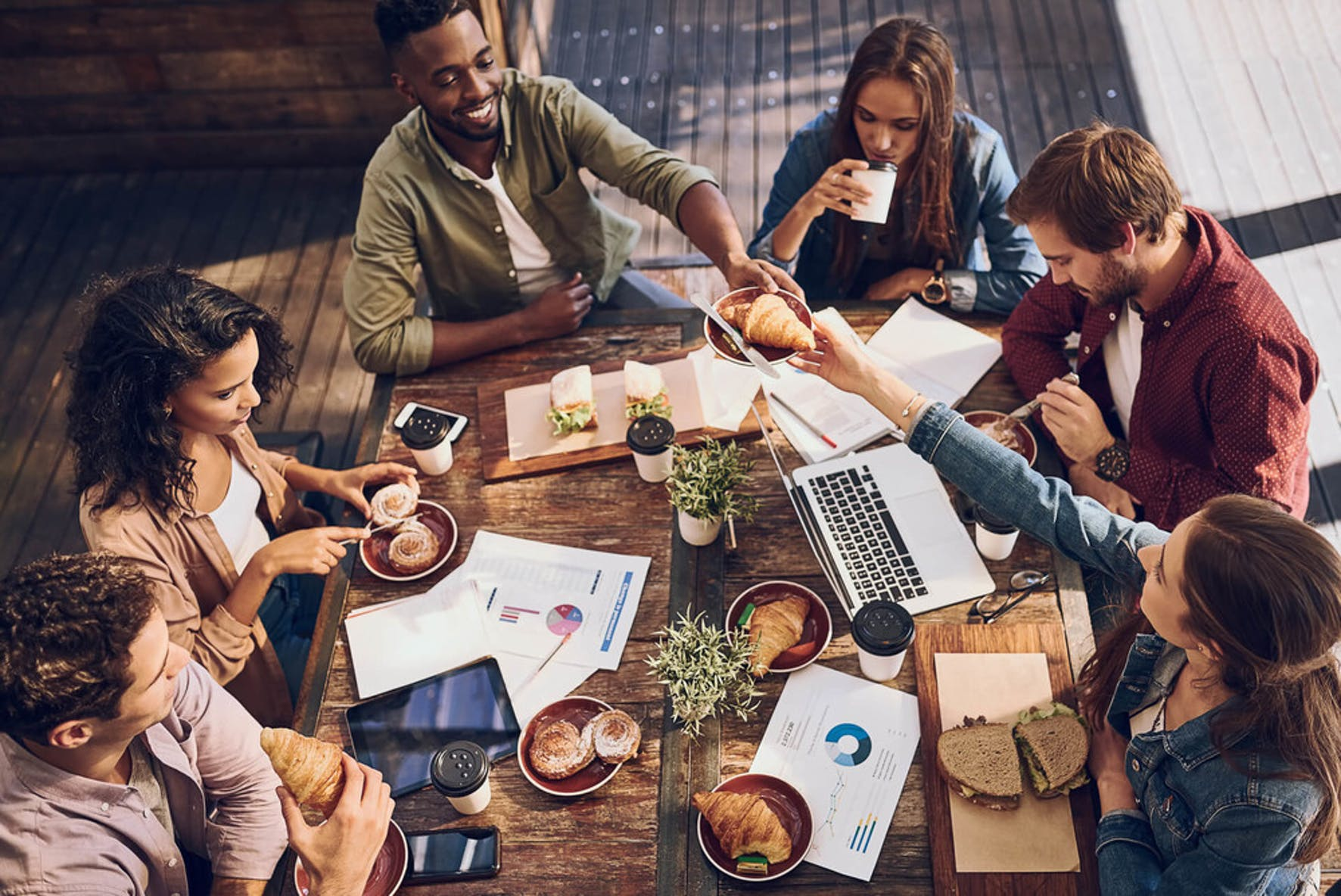 How to save money on lunch: team lunch together packing