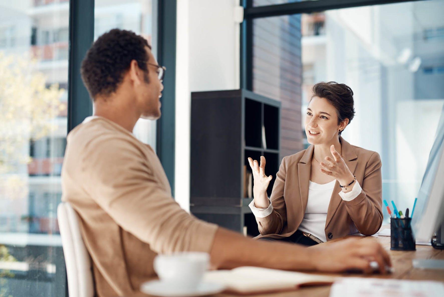 Due persone che discutono dell'acquisto di tradeline per migliorare il loro punteggio di credito