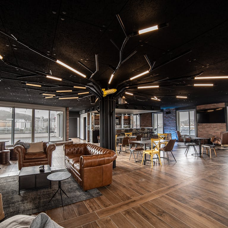 WebqamPlex R+4 Salle de réception panoramique bar canapé. On prend un café ?