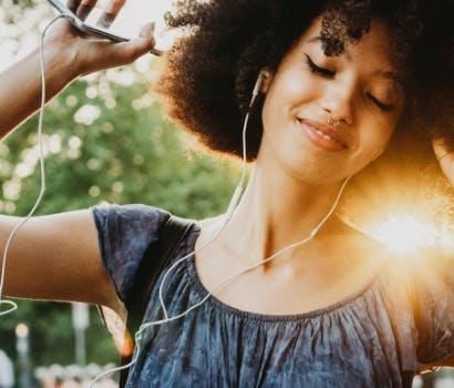 Femme qui écoute de la musique avec des écouteurs