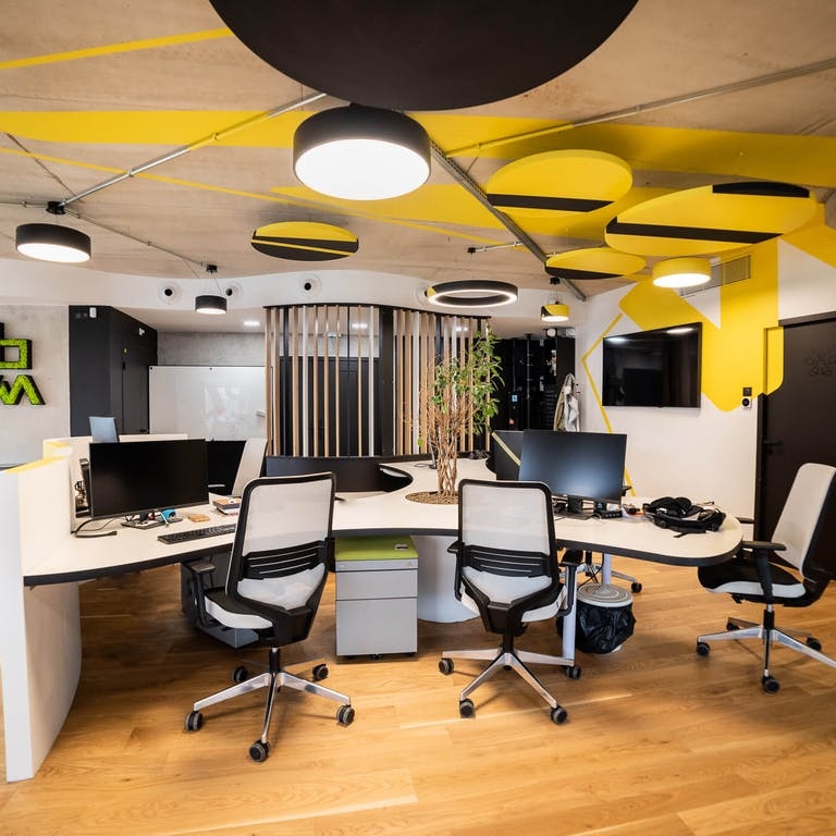 Open space du premier étage du WebqamPlex, le siège social de l'agence digitale Webqam