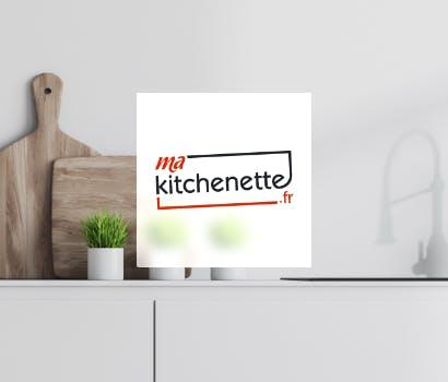 Logo Ma Kitchenette.fr sur fond d'une cuisine