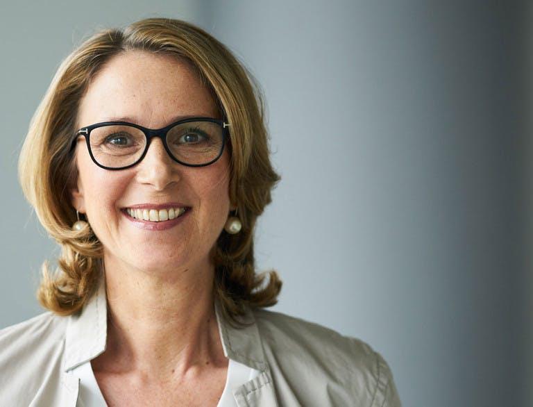 Das Bild zeigt Anja Hammerschmidt aufrecht stehend