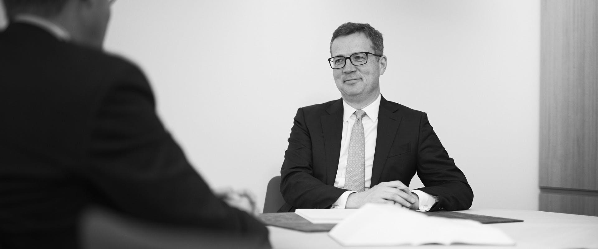Notar Dr. Riemenschneider aus München im Gespräch