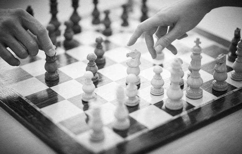 Zwei Hände beim Schachspiel