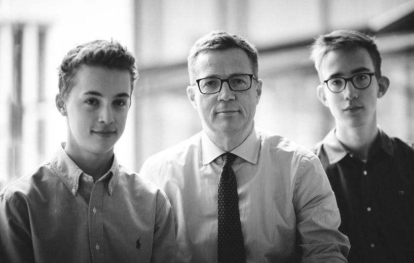Notar Dr. Markus Riemenschneider mit seinen zwei Söhnen