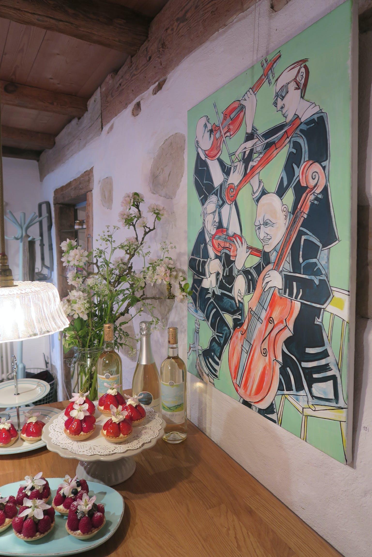 Cafe Sabato Menu mit Bild von Mark Paterson im Hintergrund