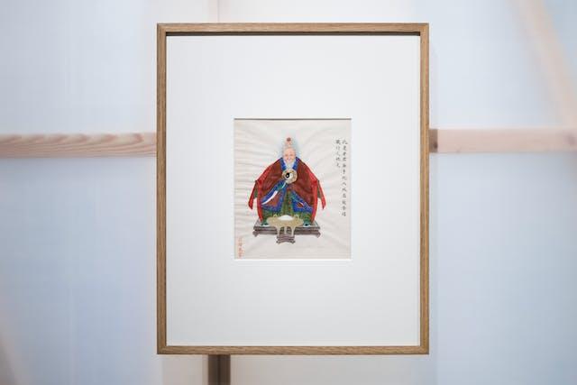 画廊中的一张照片显示了半透明墙的一部分,展示了后面的木结构,木框中挂着一幅相框版画。在窗框内挂着一幅色彩斑斓的高峻画