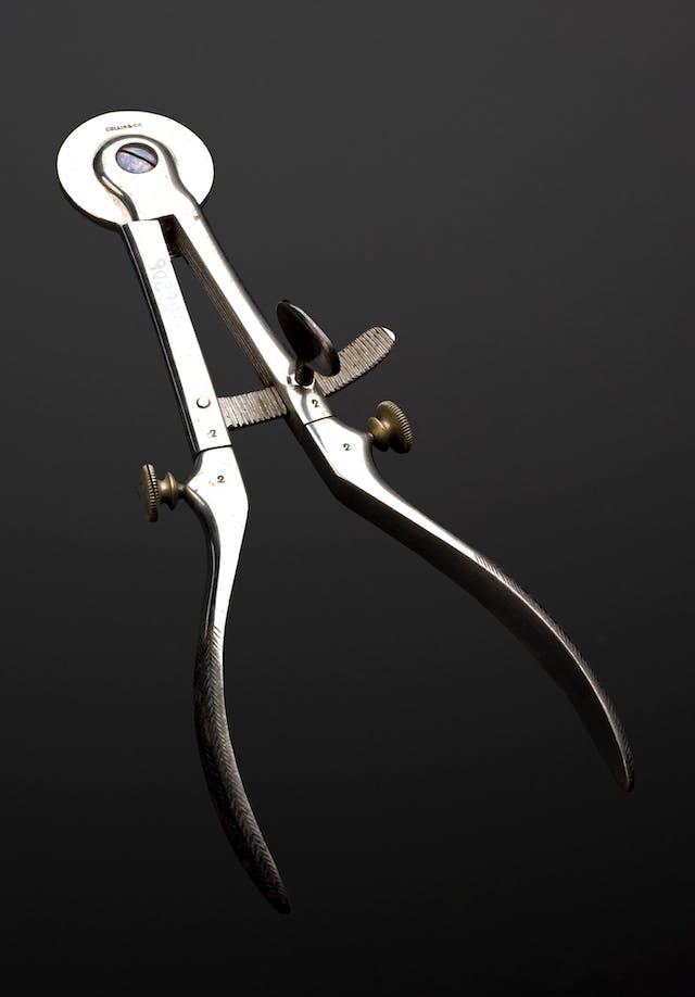 Spencer Wells-type obstetrics clamp, Paris, France, 1870-1900