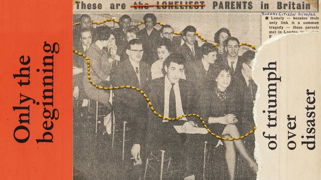 混合媒体艺术作品由档案传单组成,报纸切割和缝合螺纹。该图像显示了一个黑白棕褐色调定报纸切割在中心,大致撕裂右边。该切割显示一群成年人,男女,男女,坐在大厅的行中。男人穿着套装和关系,女性也巧妙穿得。切割读数的标题,