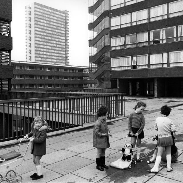 孩子们在伦敦Deptford的人行道上玩耍