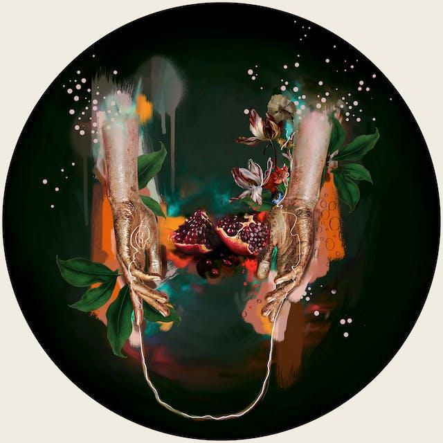 数字蒙太奇艺术作品使用的元素来自16世纪巴洛克女性画家Artemisia Gentileschi的作品,结合其他图像和插图元素。艺术品设置在一个圆圈内。这张照片显示了两条手臂和两只手伸向下方,背景是模糊的绿色和橙色调。手指松散地张开。双手之间是一株切开的石榴和几株五颜六色的开花植物。有一条细细的白线,从左手的手掌蜿蜒而上,在右手上盘旋而上,直到右手腕。