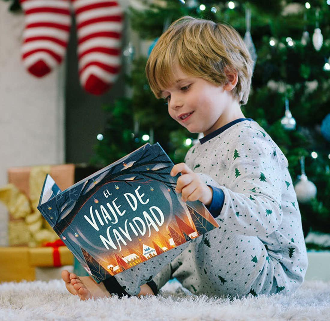 Peques leyendo El Viaje de Navidad y sonriendo