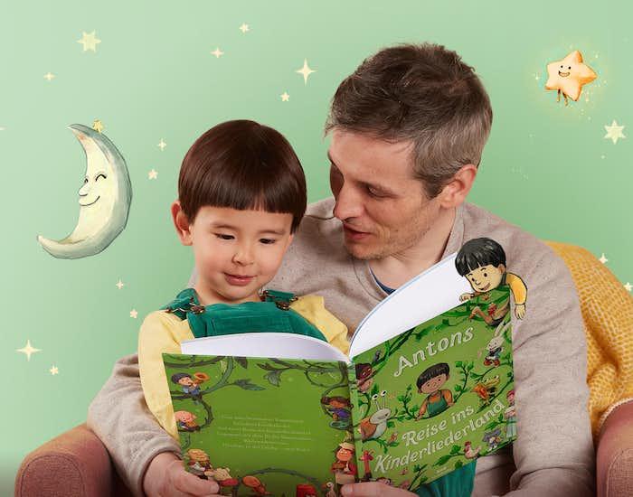 Vater und Sohn lesen Deine Reise ins Kinderliederland