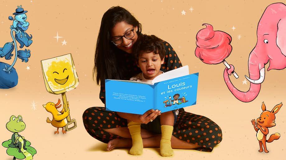 Une maman et son fils lisant Toi et les couleurs
