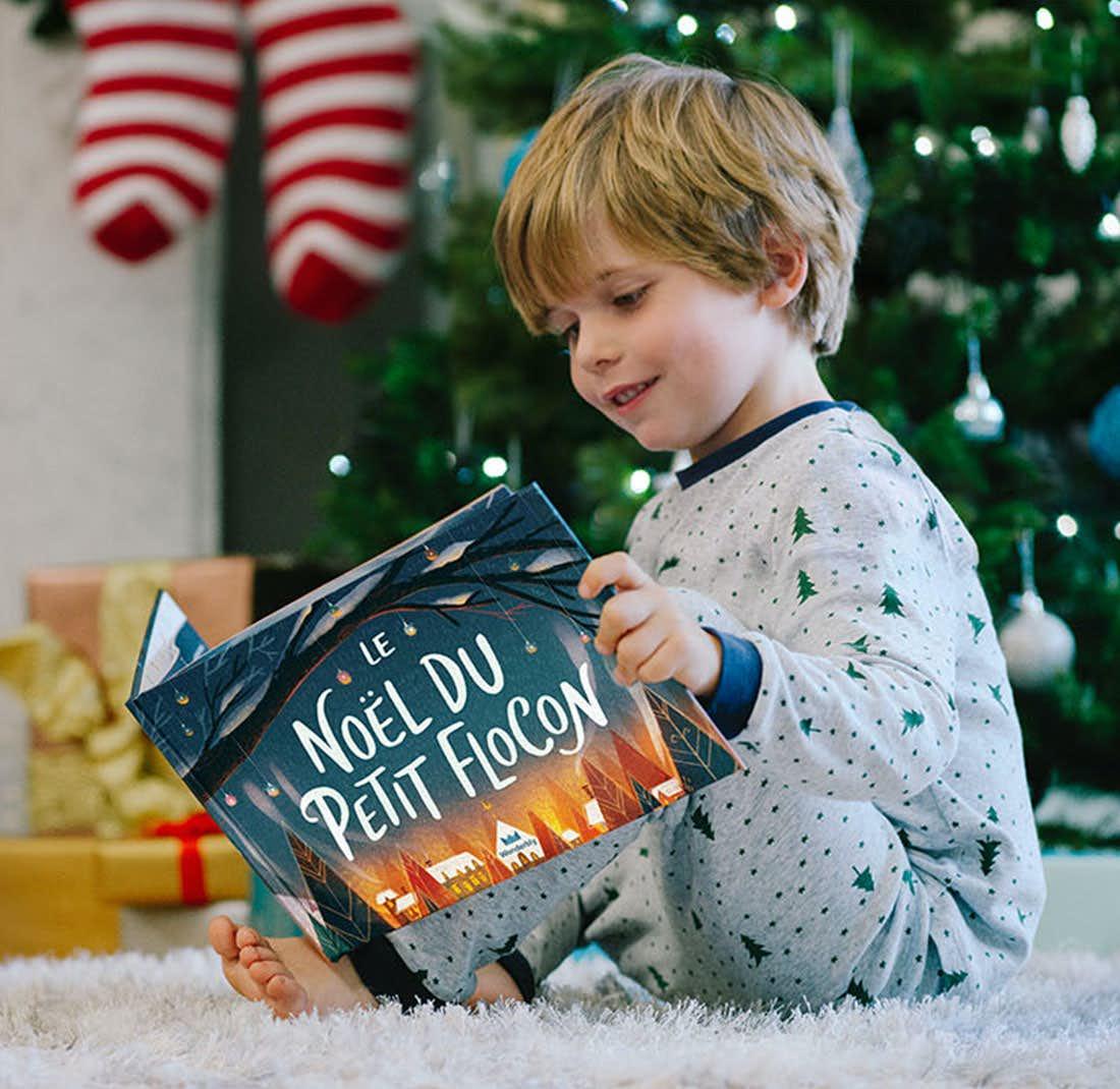 Des enfants lisant Le Noël du petit flocon en souriant