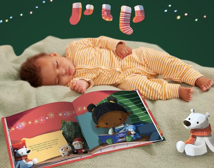 Slapende baby naast het boek