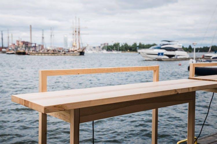 Pöytä meren äärellä