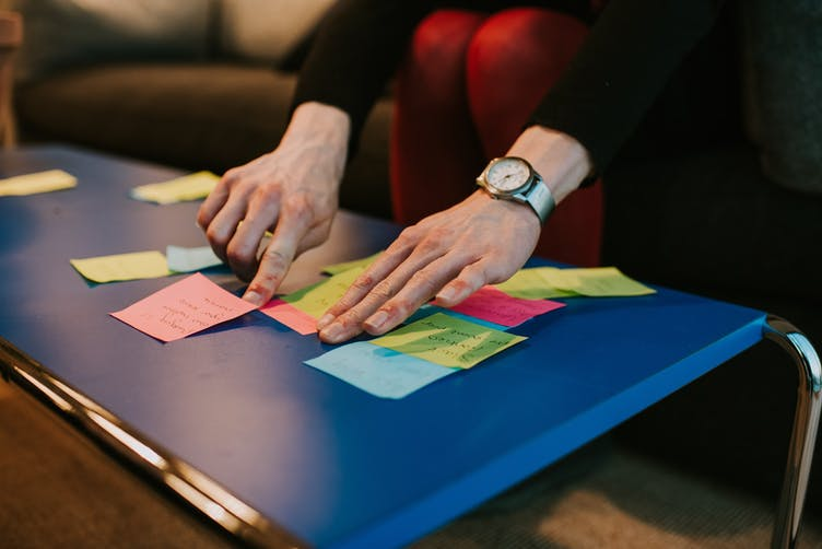Facets-of-agility-at-scale-pt1-post-it-hands