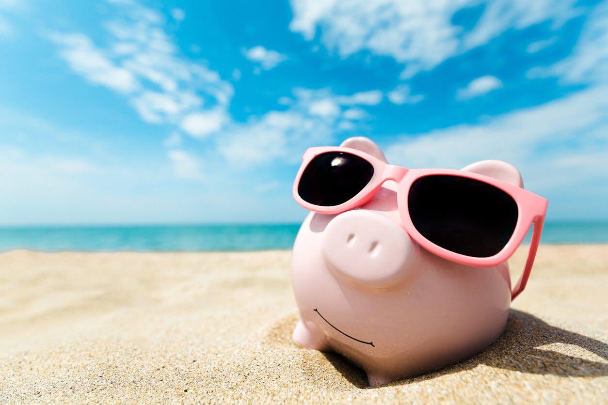 Sparschwein im Urlaub (am Strand mit Sonnenbrille)