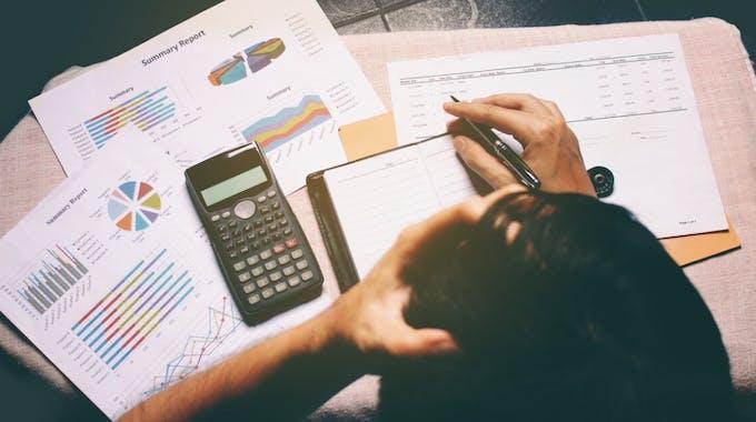 Draufsicht auf Geschäftsmann - Problem mit Kredit Kündigung Stundung