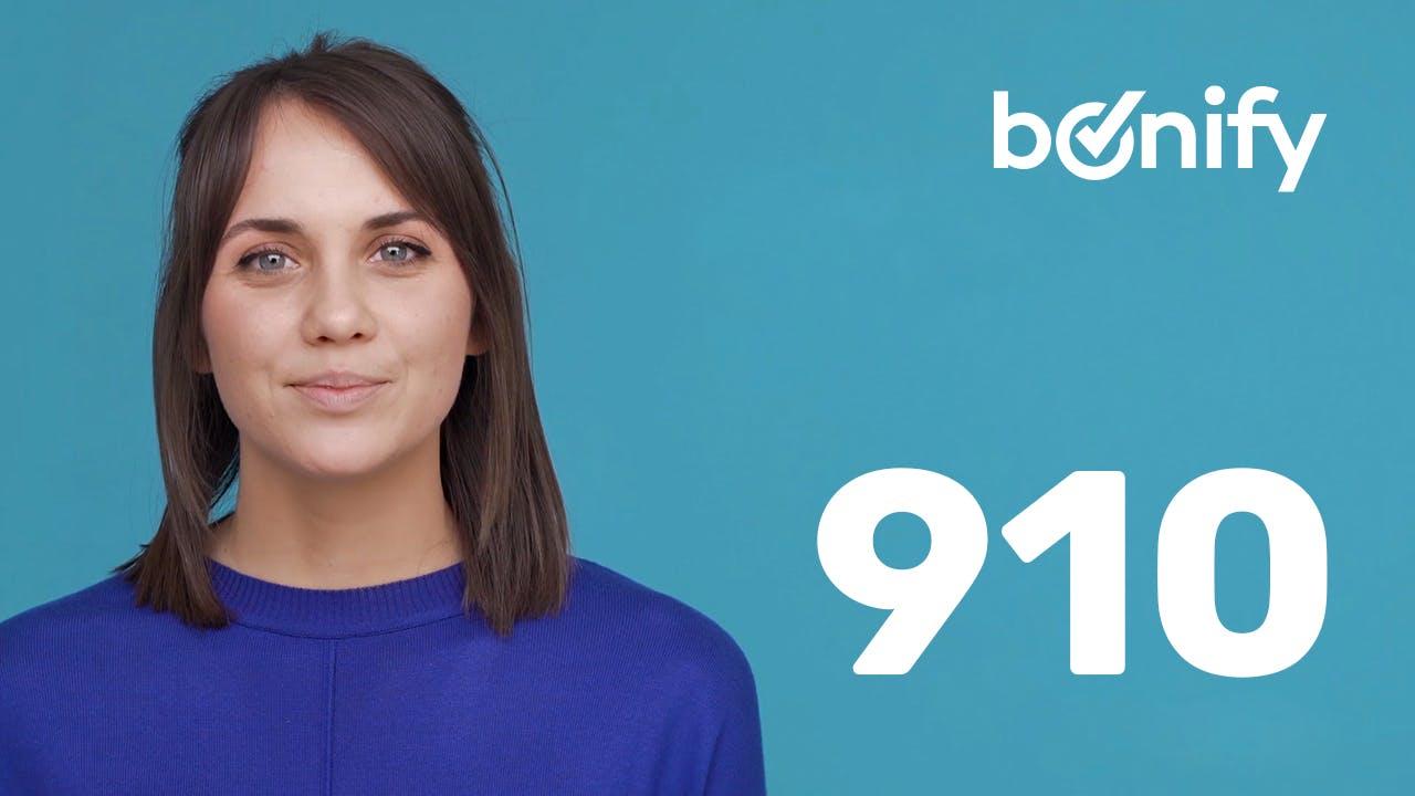 Frau vor blauem Hintergrund mit Bonitätsscore