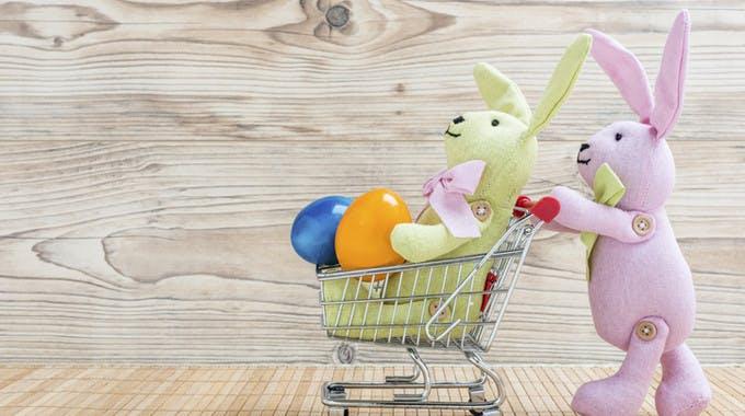 Osterhase in Einkaufswagen