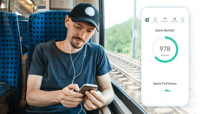 Junger Mann im Zug mit Smartphone in der Hand, bonify Bonitätsscore Screen