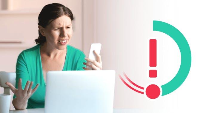 Frau schaut verärgert auf Smartphone, bonify ScoreKorrektor Konzept