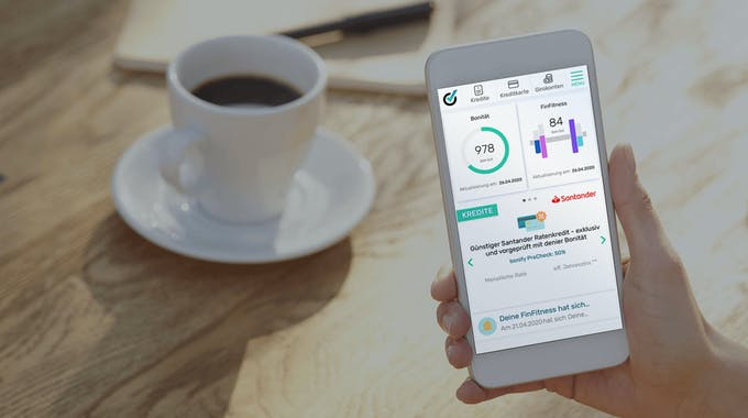 bonify Bonitätsauksunft auf Smartphone neben einer Tasse Kaffee