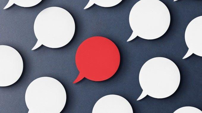 Kritische Äußerung, rote und weiße Sprechblase