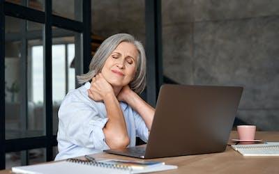 Mittagstief, Schreibtisch, Frau am Schreibtisch, Wechseljahre
