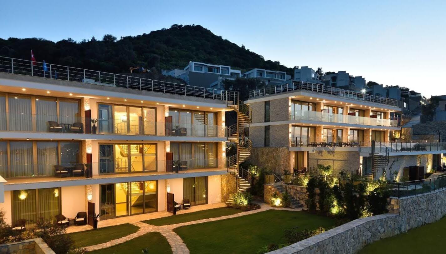 Ege Denizi manzaralı bir yamaçta yer alan bu çağdaş otel Gümüşkaya Sitesi Plajı'na 4 km, su kaydıraklı Bodrum Aquapark'a 13 km ve Bodrum Havalimanı'na 55 km uzaklıktadır.  Balkon, teras veya bahçe erişimi bulunan modern odalarda ücretsiz WiFi, düz ekran TV, mini bar, Nespresso makinesi ve deniz manzarası vardır. Aile odaları 4 kişi kapasitelidir. Süitlerde ek olarak oturma odası ve doğrudan havuz erişimi sunulur. Oda servisi mevcuttur.  Ferah Fransız restoranı deniz manzaralıdır. Salon bölümü olan şık bir şarap barı vardır. Diğer imkanlar arasında bahçe, açık havuz ve şezlonglu teras bulunur. Otopark hizmeti sunulur.