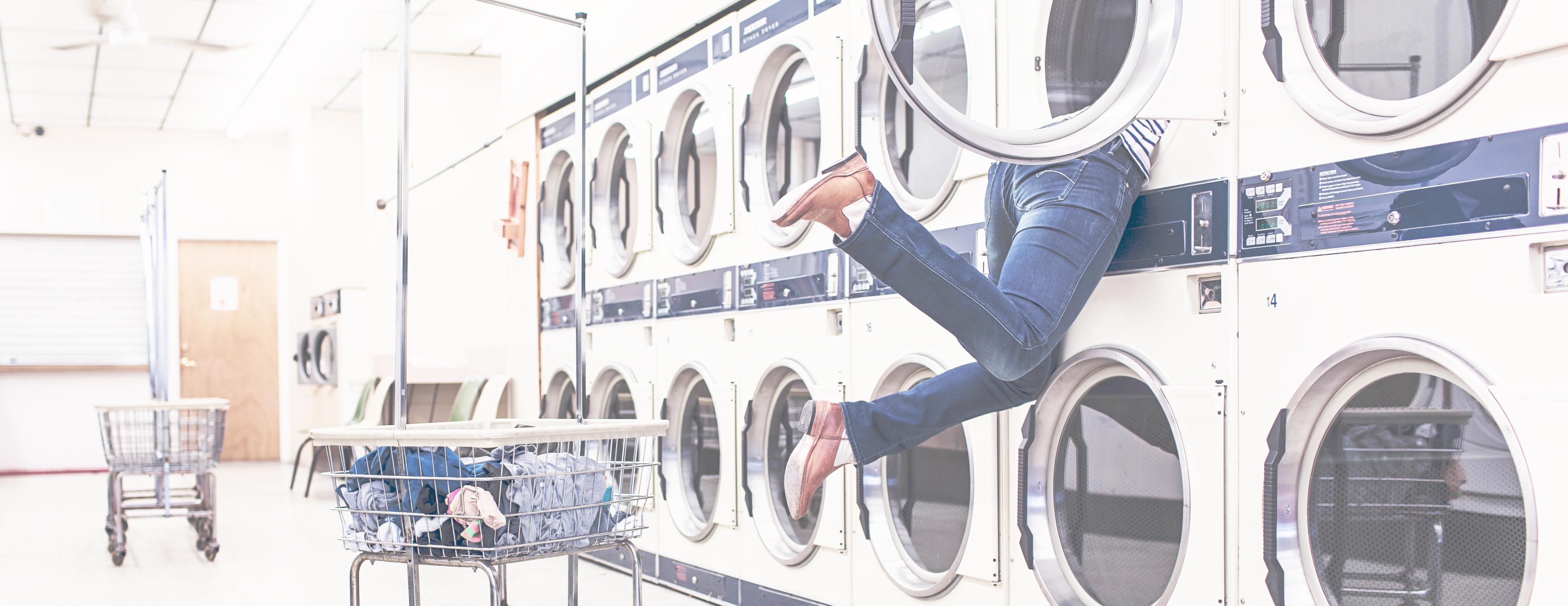 Vrouw zit vast in de wasmachine