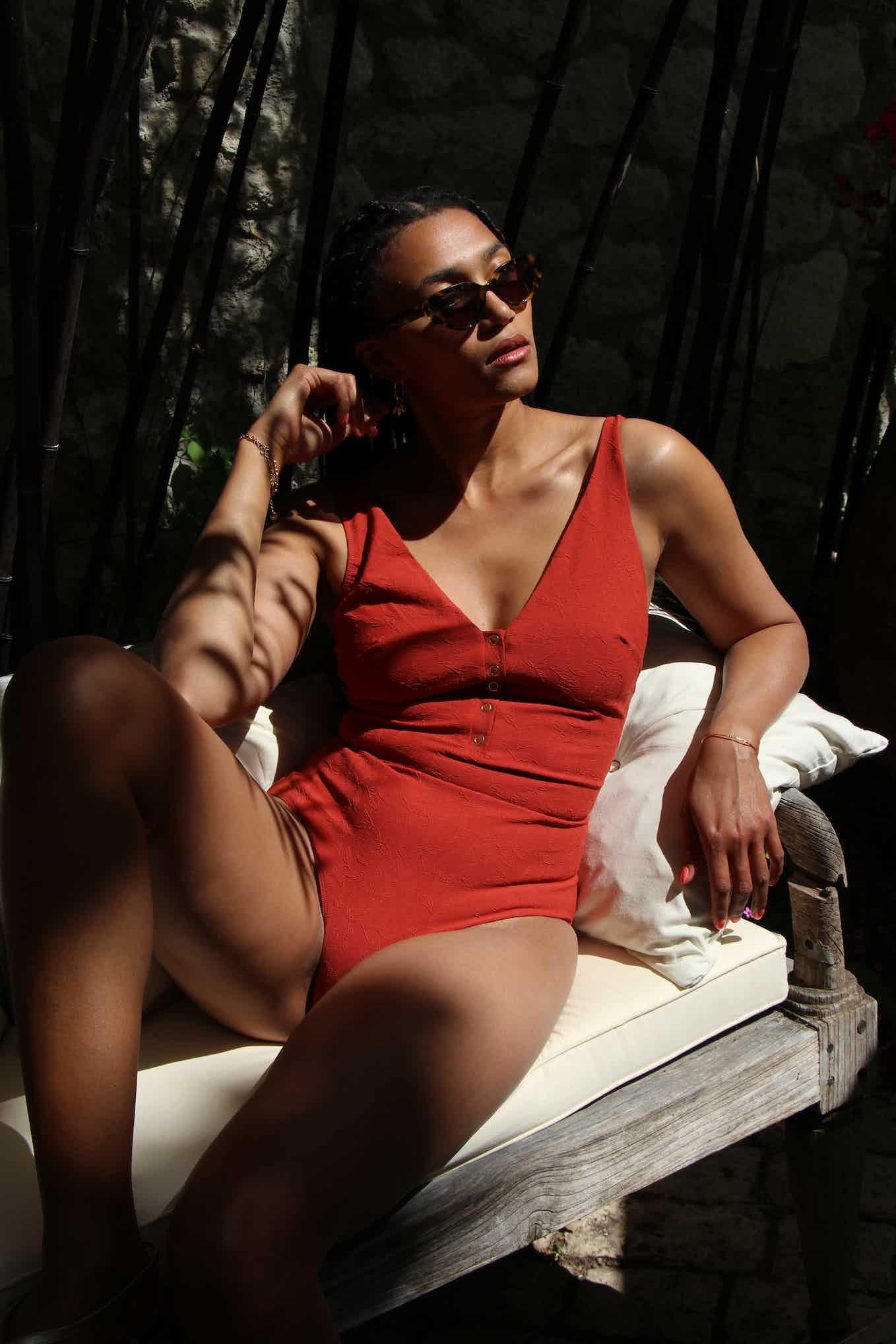 Léna is wearing the swimsuit Partir avec toi in Terracotta
