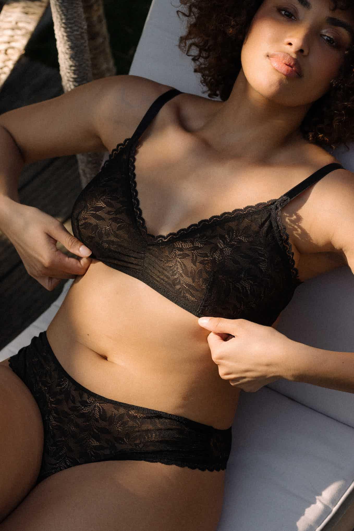 Lingerie set Les flots du coeur in black worn by Alizée