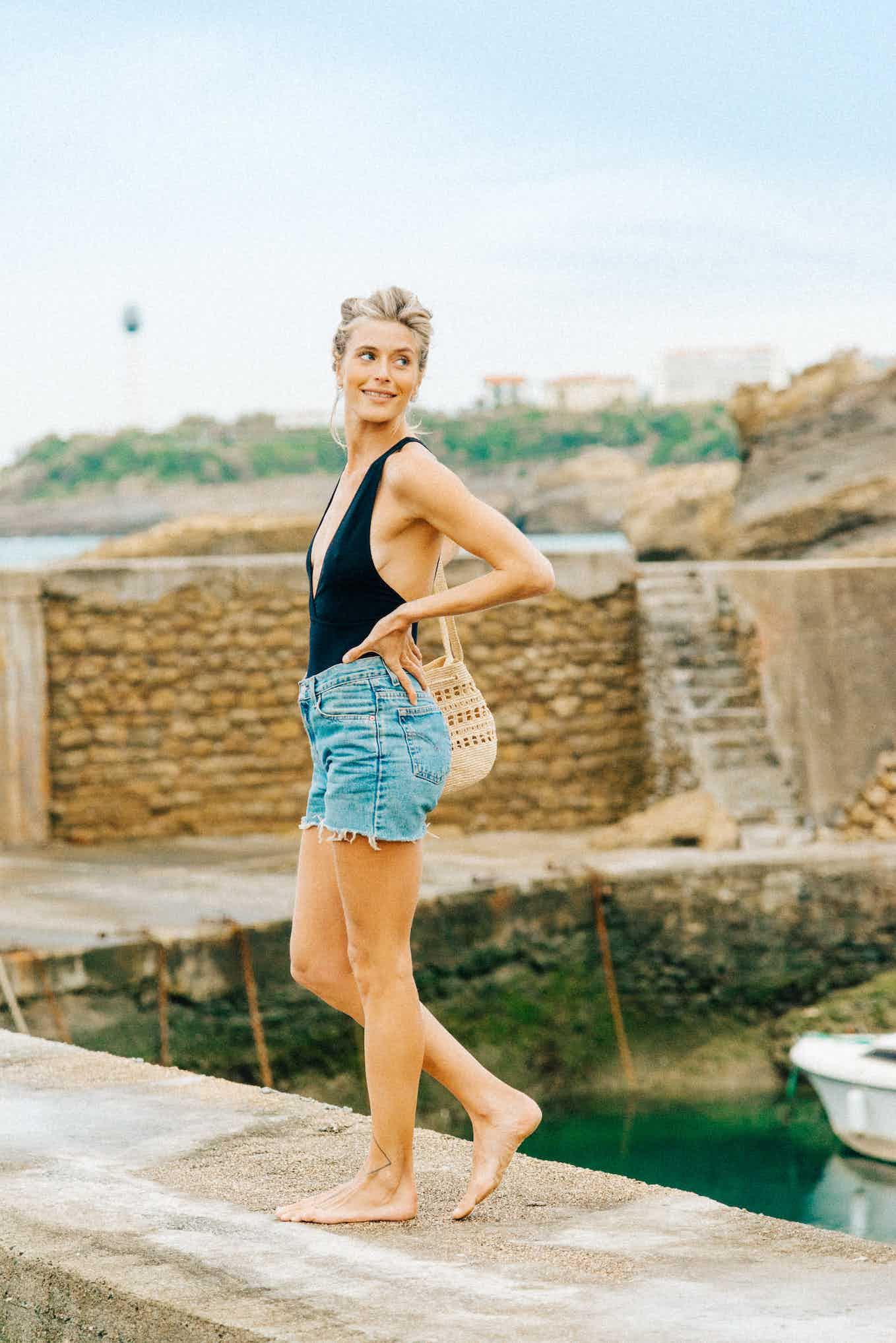 Maillot une-pièce Paradis terrestre noir porté avec short en jean