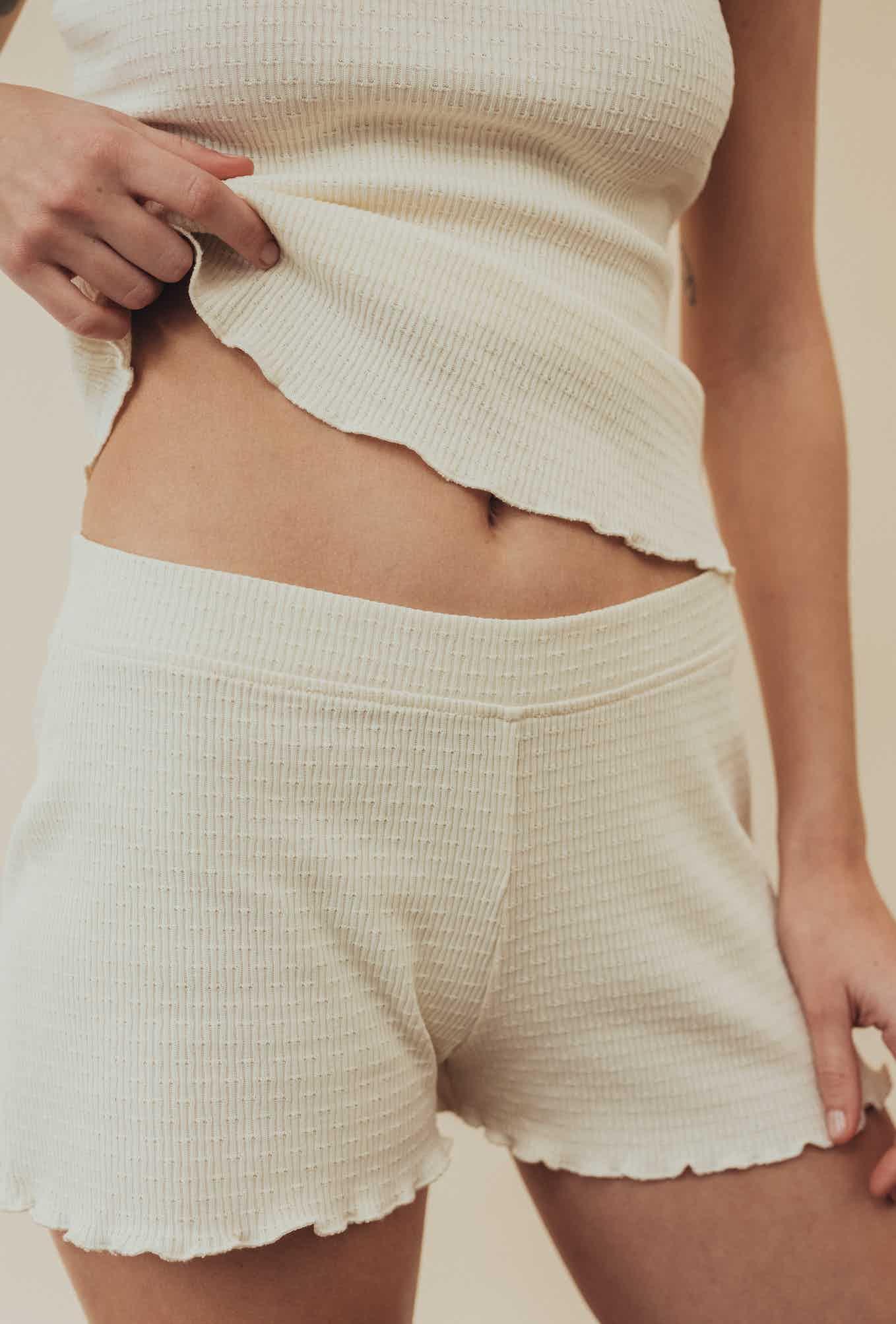 Philippine porte le tee-shirt vanille histoire de corps avec le short vanille histoire de corps