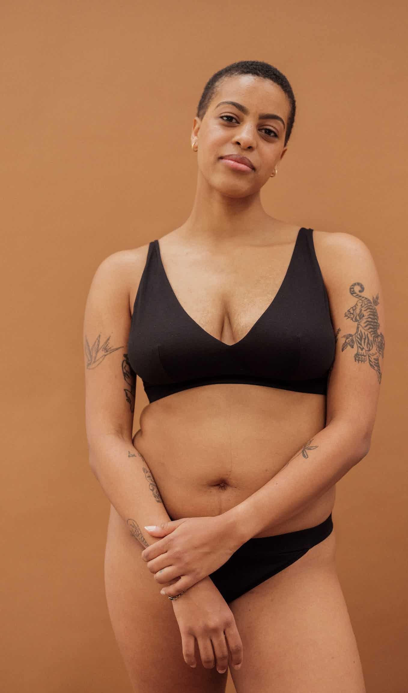 À fleur de peau Elongated triangle bra in black