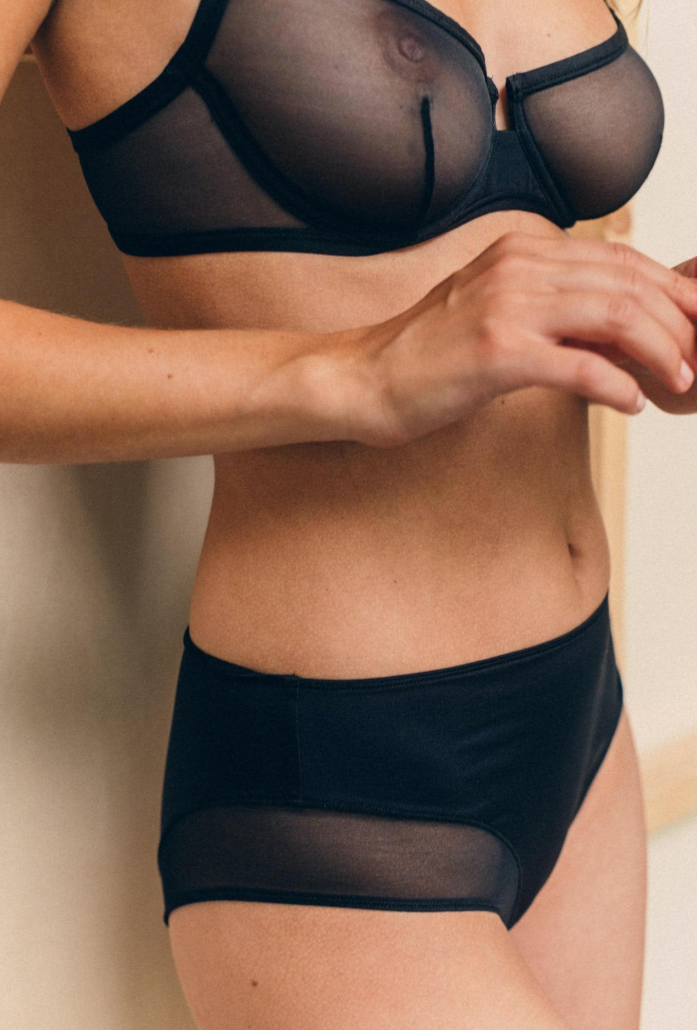 Ensemble de lingerie histoire de femmes noir avec soutien-gorge corbeille noir et culotte mi-haute noire