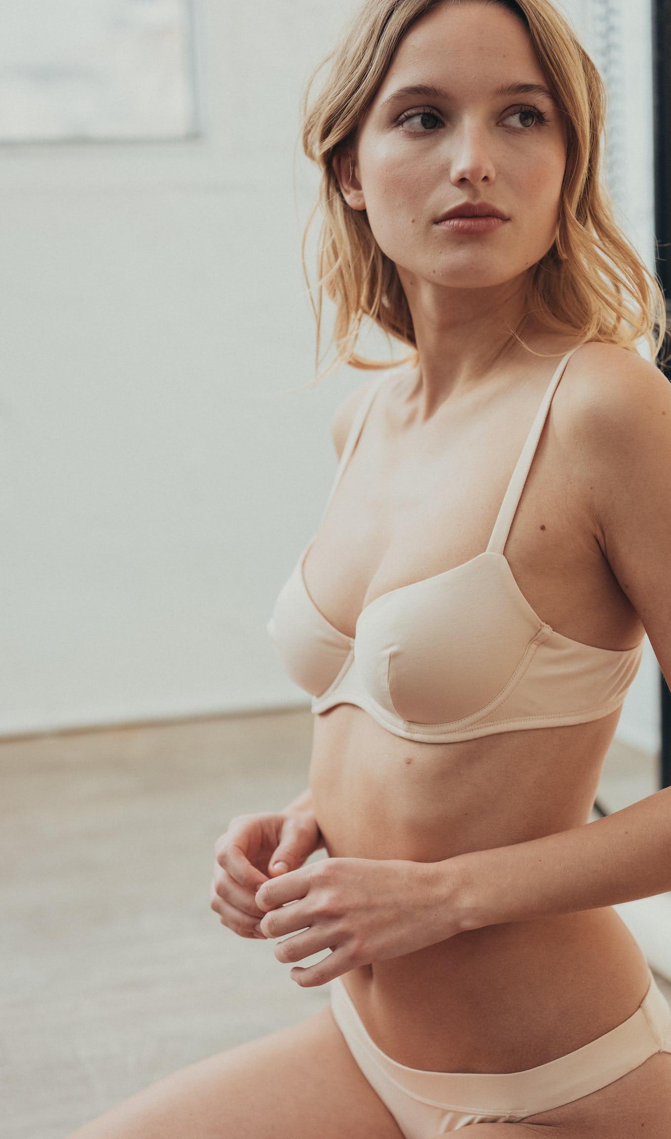 Ensemble de lingerie à fleur de peau nude  avec soutien-gorge corbeille et culotte