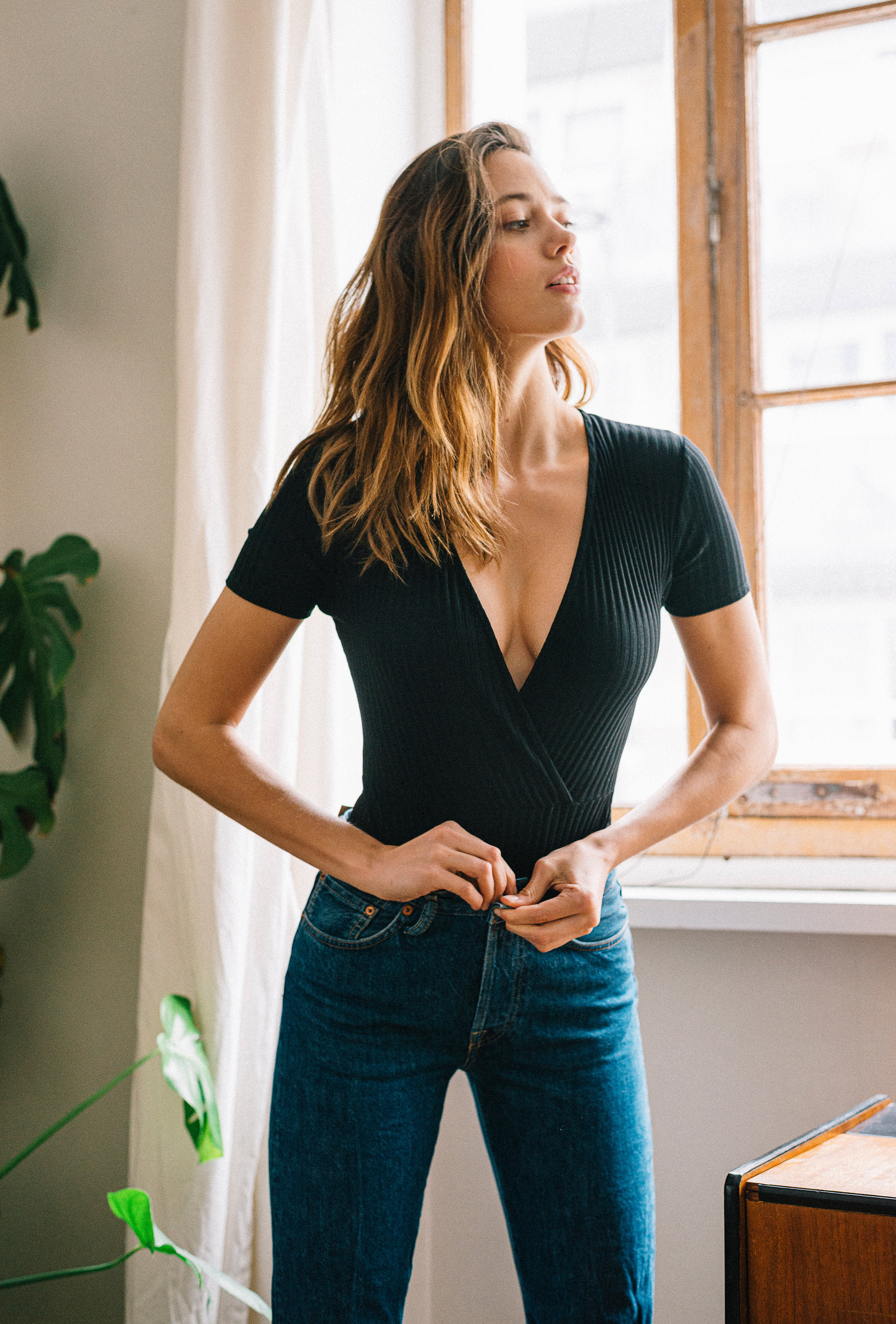 Bodysuit gaia in black worn with a pair of jeans