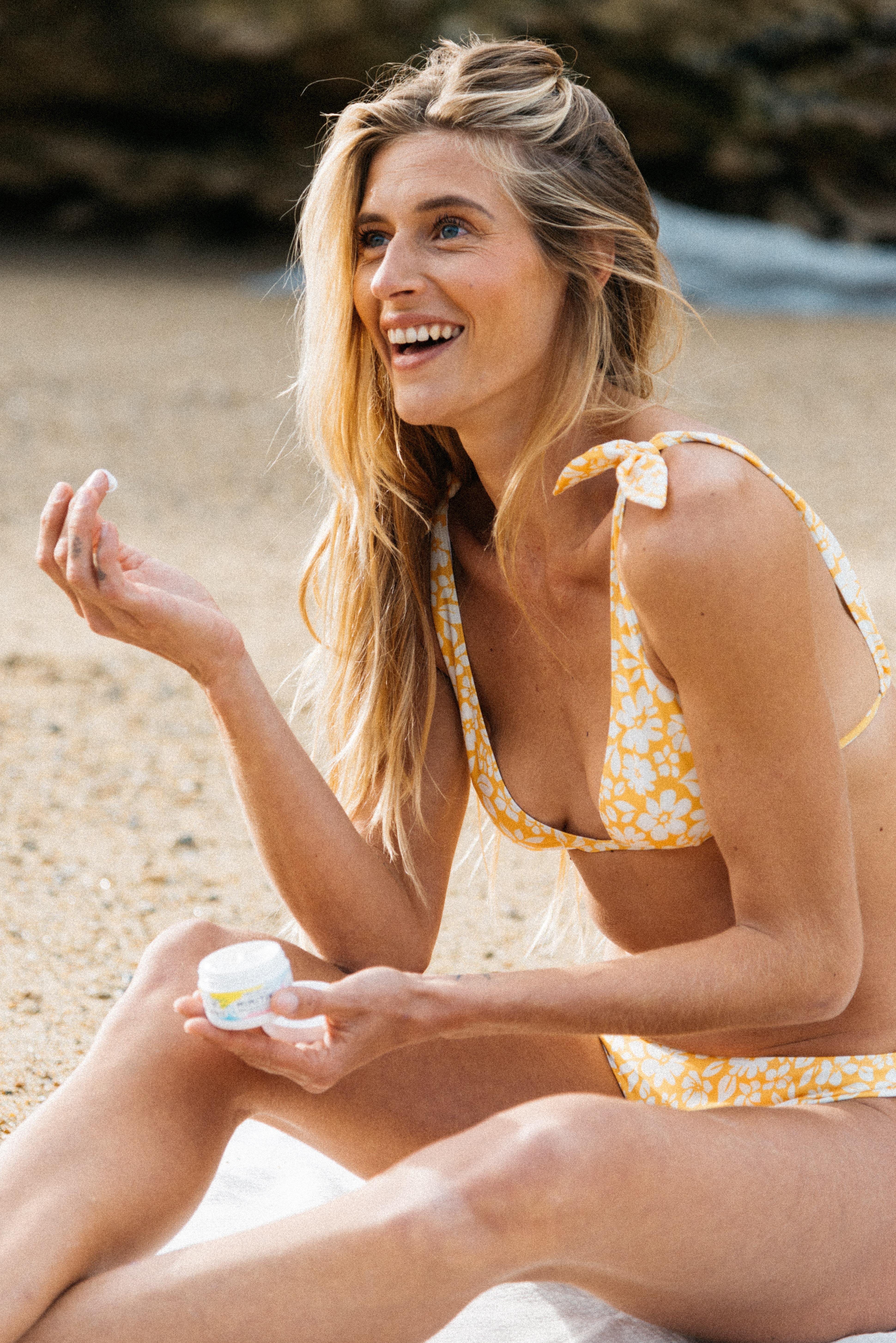 Bikini Sur le sable flower yellow print